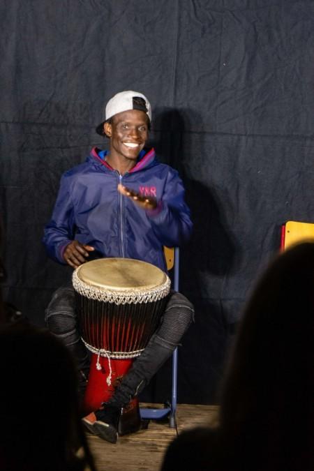 Seydou riss mit seiner Trommel und seiner Begeisterung jeden Zuhörer mit. © Ludwig Flug